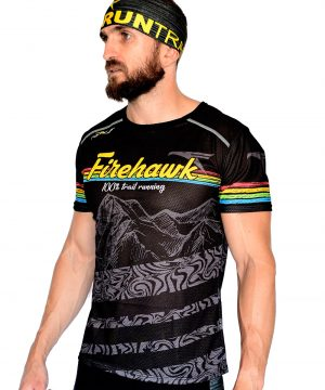 PERSPECTIVA IZQUIERDA FRONTAL CAMISETA TRAIL RUNNING MODELO 100%TRAIL EN COLOR NEGRO Y ESTAMPADO MONTAÑAS.