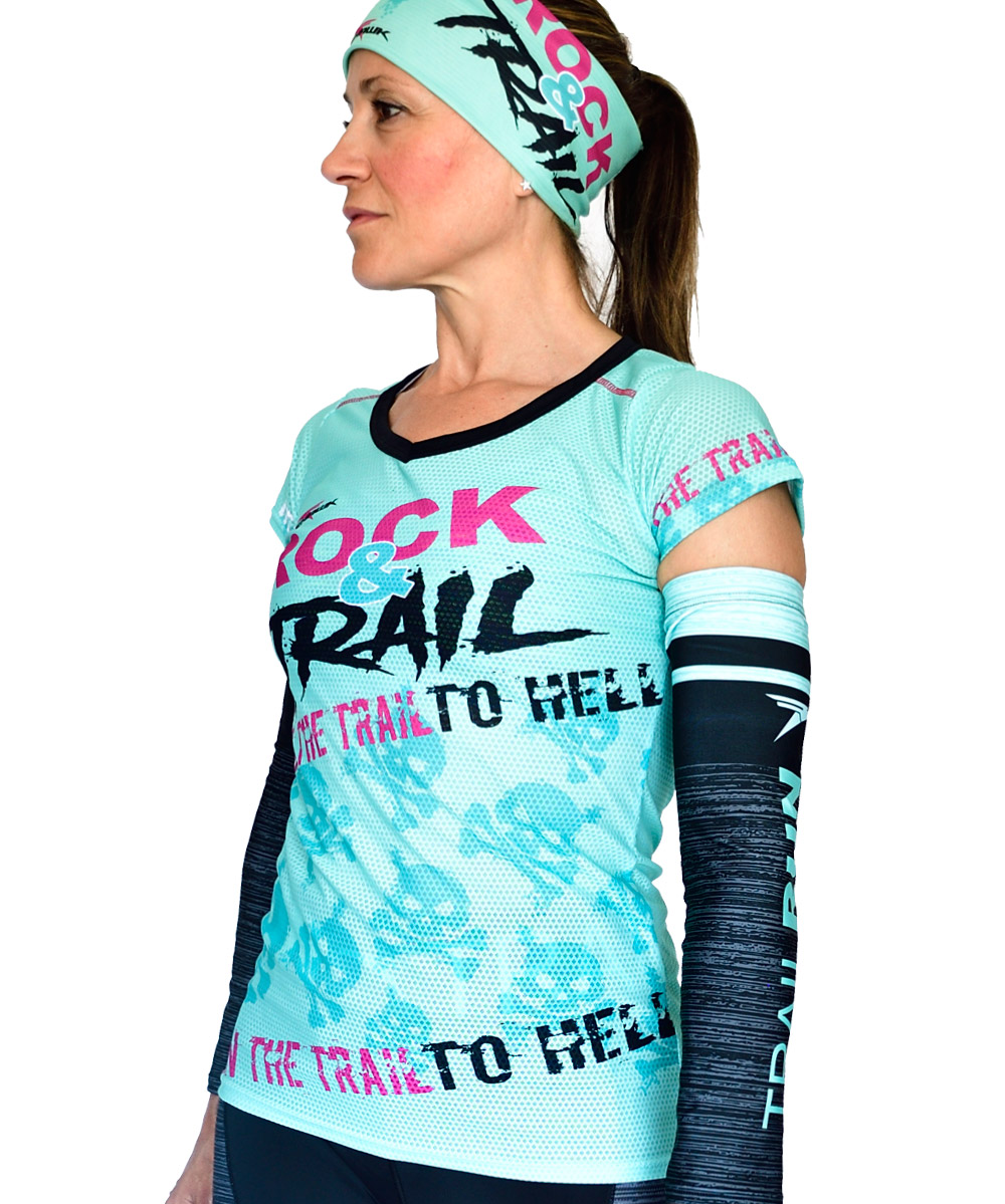PERSPECTIVA IZQUIERDA FRONTAL CAMISETA MUJER TRAIL RUNNING MODELO ROCK AND TRAIL EN COLOR AGUA MARINA Y ESTAMPADO DE CALAVERAS.
