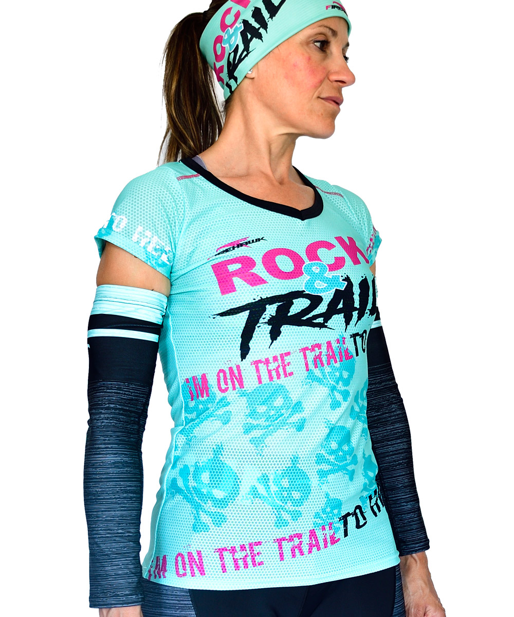 PERSPECTIVA DERECHA DELANTERO CAMISETA MUJER TRAIL RUNNING MODELO ROCK AND TRAIL EN COLOR AGUA MARINA Y ESTAMPADO DE CALAVERAS.