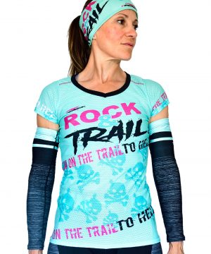 VISTA FRONTAL CAMISETA MUJER TRAIL RUNNING MODELO ROCK AND TRAIL EN COLOR AGUA MARINA Y ESTAMPADO DE CALAVERAS.