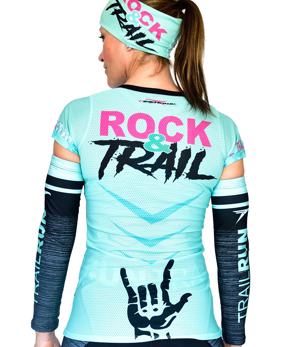 VISTA ESPALDA CAMISETA MUJER TRAIL RUNNING MODELO ROCK AND TRAIL EN COLOR AGUA MARINA Y ESTAMPADO DE CALAVERAS.