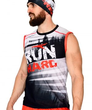 VISTA DELANTERO CAMISETA DE TRAIL RUNNING SIN MANGAS MODELO RUN HARD COLOR BLANCO CON ESTAMPADOS NEGROS Y ROJOS