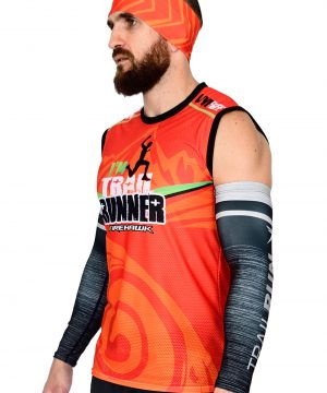 VISTA LATERAL DERECHO CAMISETA DE TRAIL RUNNING SIN MANGAS MODELO I'M TRAIL COLOR NARANJA