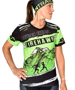 VISTA FRONTAL CAMISETA MUJER TRAIL RUNNING MODELO MOUNTAIN ADDICTED EN COLOR PISTACHO Y ESTAMPADO DE MONTAÑAS