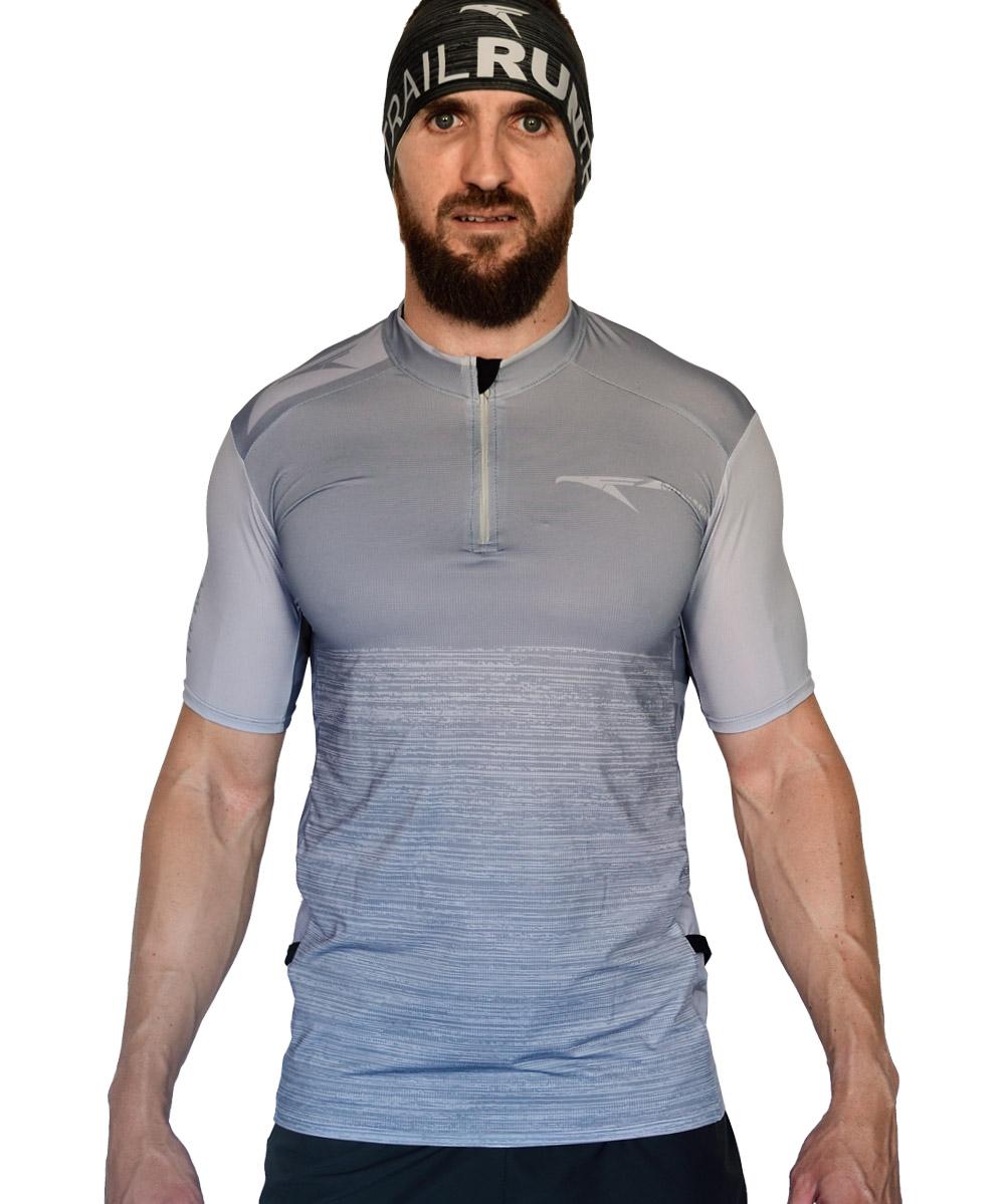 Camiseta trail running color gris piedra con cremallera tipo maillot confeccionada con tejido de alta elasticidad, de rapido secado y optima transpirabilidad.